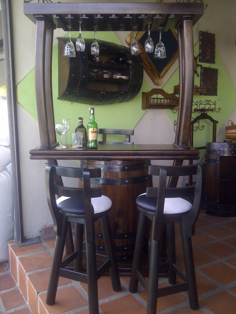 Bar con copero con 3 bancos en madera artesanal en barril for Bares en madera disenos